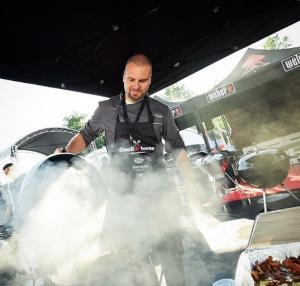 Сергей Мороков готовит стейк на фестивале уличной еды в Москве