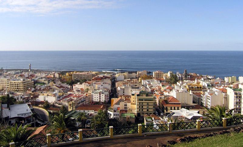 Это город Пуэрто-де-ла-Крус на Тенерифе. В одном из этих зданий находится  воркейшн-офис