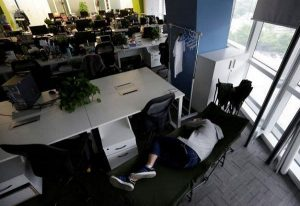 В Китае сон в офисе считается обычным делом. А в европейских - почти преступление