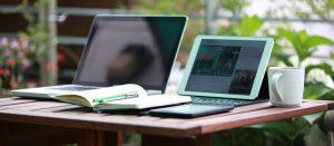 Два ноутбука на столе